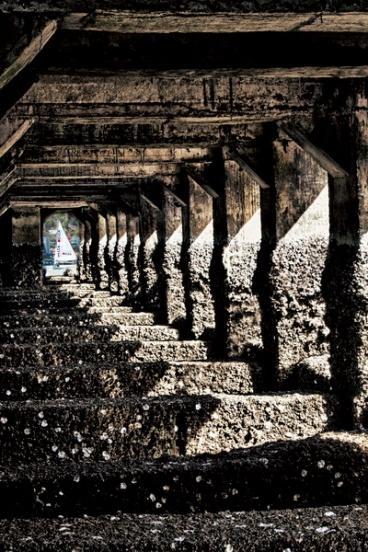 Dưới gầm cầu Đá Vũng Tàu