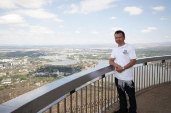 Đứng trên tháp truyền hình Canberra thủ đô Australia