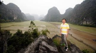 Trên dóc đá đứng tại Tam Cốc - Ninh Bình